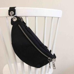 Oanvänd bumbag i nylon från Zara, slutsåld i butik!   Köparen står för frakt 40kr