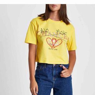 """Croppad gul tröja från Riverisland med texten """"No more chances always love"""". Slutsåld på deras hemsida. Säljes pga jag aldrig fått användning av den :/💫"""