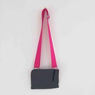 Grön/rosa väska från Hope i deras klassiska modell. Slutsåld färgkombo! Fint skick, förutom en fläck som kan ses på första bilden, kanske går att tvätta bort men har ej testat.  Frakt 50kr eller möts i centrala Malmö i helgen