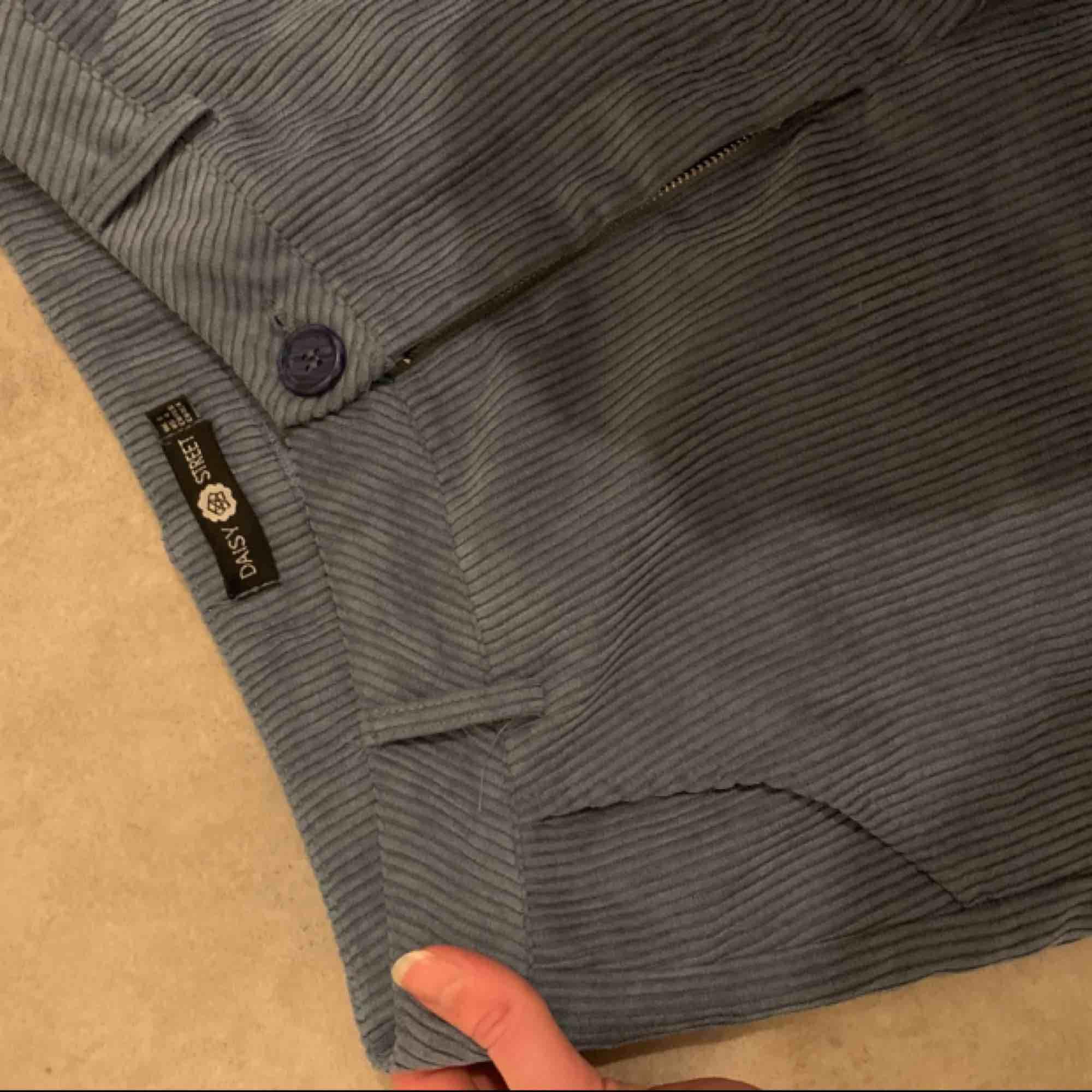 Manchesterbyxor, knappt använda från daisy street. Köparen står för frakt! Defekt på kedjan . Jeans & Byxor.