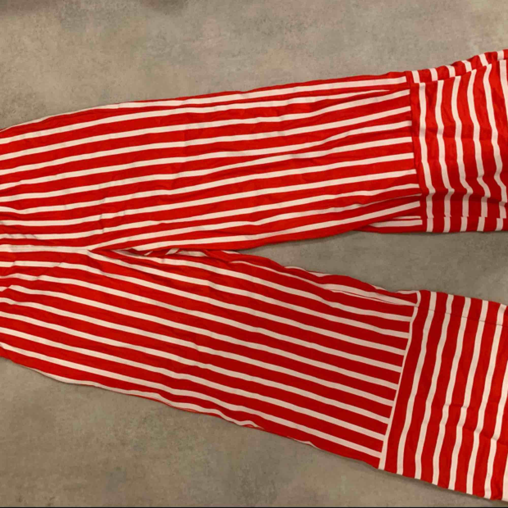 Byxor från zara, använda vid ett tillfälle. Köparen står för frakt!. Jeans & Byxor.