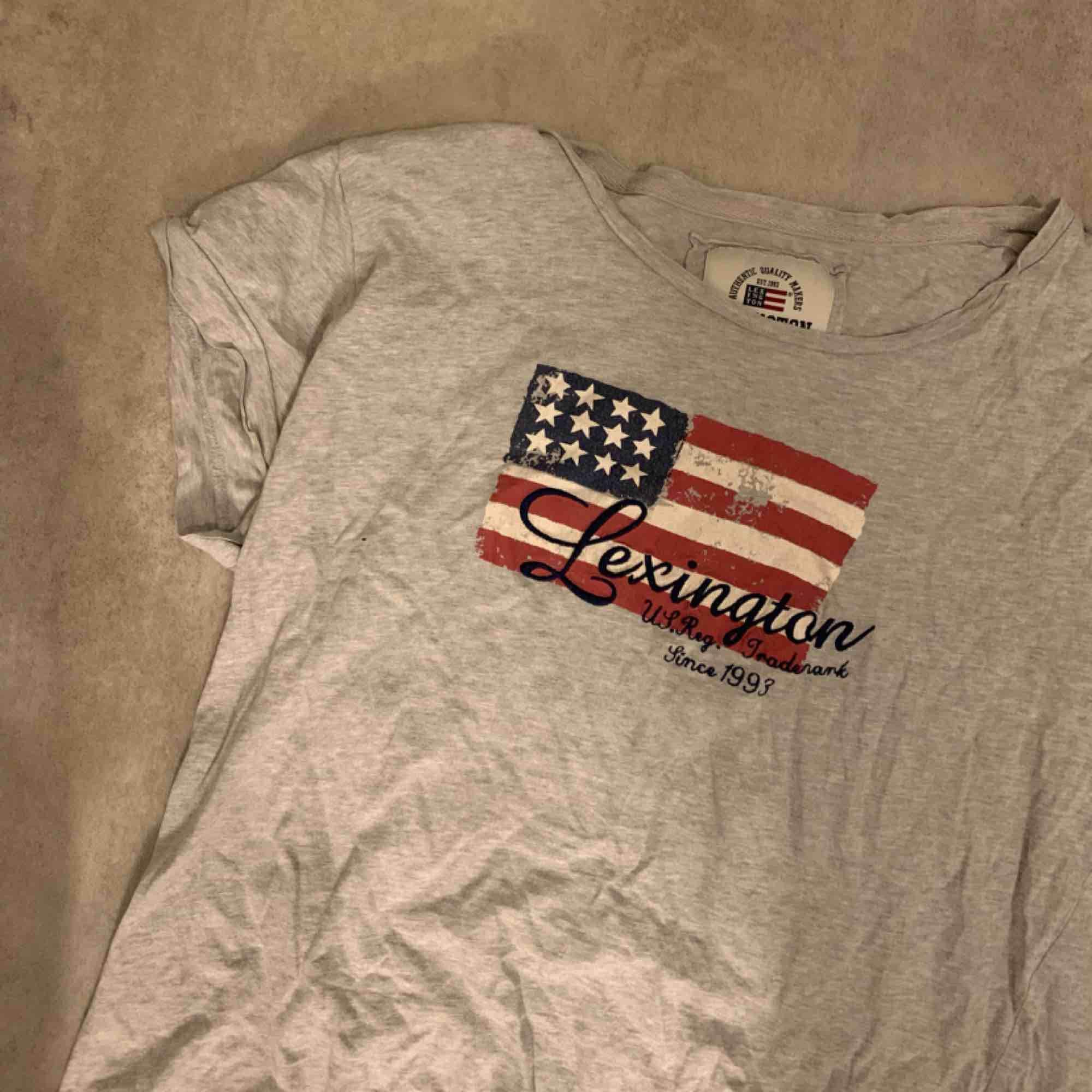 Lexington T-shirt! Köparen står för frakt. . Blusar.