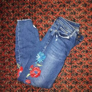 Tajta jeans från Zara. Passar strlk 36-38. Kan mötas upp i centrala Sthlm eller skickas mot frakt!
