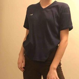 Skitsnygg V-ringad tröja från Nike. Marinblå och bra kvalité:) Hör av dig för mer information eller vid intresse. (Köpare betalar frakt)