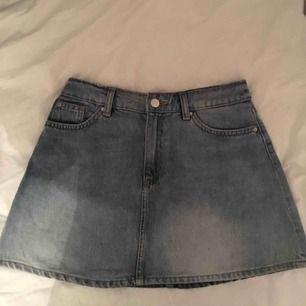Blå kjol, från hm. Hör av er för mer info❣️
