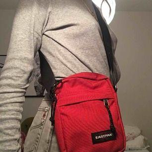 Sjukt snygg röd eastpak fannypack i nyskick! , frakt tillkommer, möts upp i Stockholm