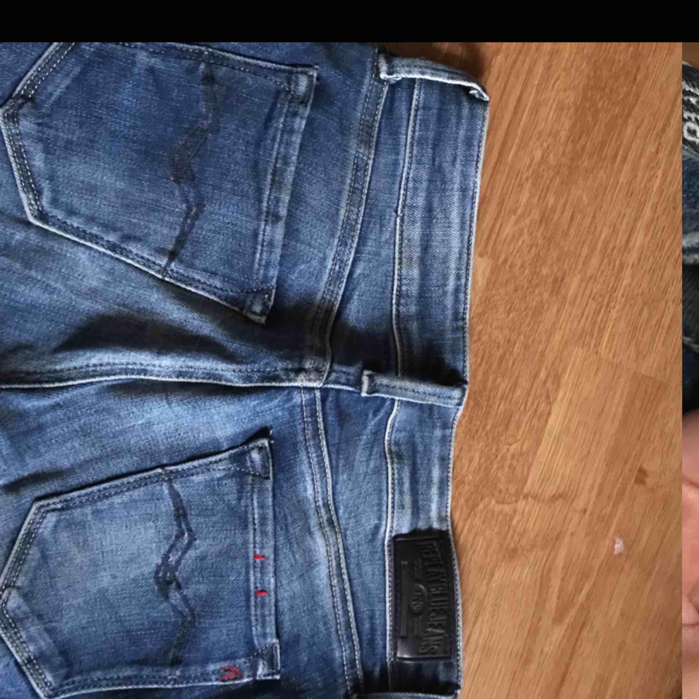 Hjälper vän att sälja replay jeans! Storlek W25 L32, använda fåtal gånger. Köpta för 1599kr, pris kan diskuteras . Jeans & Byxor.