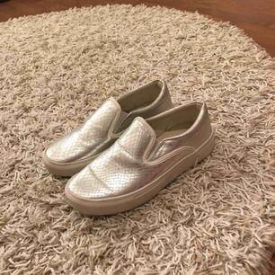 Silvriga slip-in skor. Säljer pågrund av fel storlek, annars helt felfria! Storlek 36 Kan mötas upp i Karlstad eller  frakta (köparen står för fraktkostnaden)