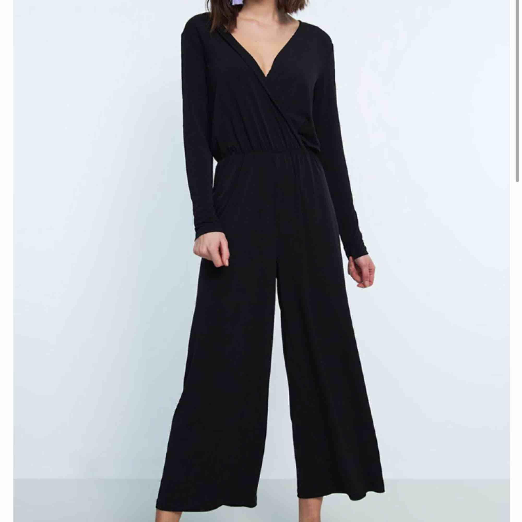 Hej, säljer en svart byxdress den Gina tricot. Den är endast används vid 1 tillfälle. Hör av er om ni har frågor❣️. Kostymer.