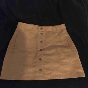 En jättefin kjol från h&m som jag älskat men nu har den blivit för stor tyvärr. Köpte den här på plick. Köparen står för frakten om det ska skickas