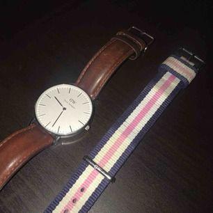 Uret har en repa, syns dock bara i vissa ljus/vinklar (bild 3) Tygbandet är lite smutsigt, går säkert att göra rent Silvriga detaljer, dammodell/damklocka Har lådan liggandes någonstans, kan försöka hitta den om så önskas 💸 ej fast pris, buda