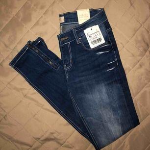 Helt nya jeans med prislappen fortfarande kvar! Zip nertill ✨  📦Fraktar - Bildbevis/Videobevis. ✅Jag garanterar en snabb pålitlig affär.