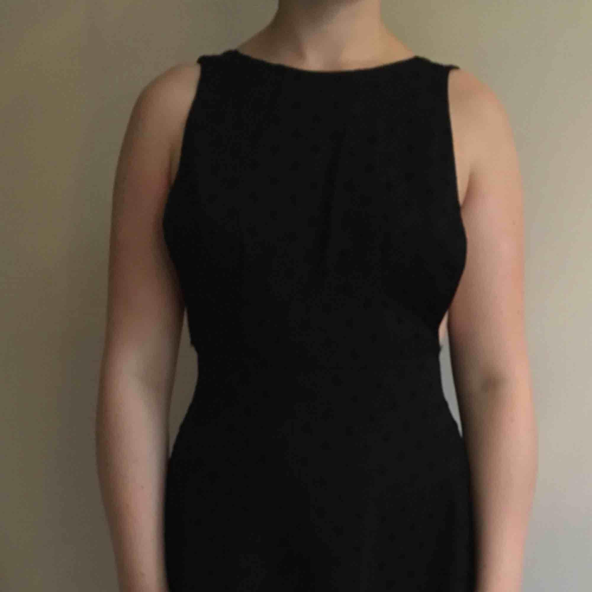 Svart klänning med sammetsprickar. Öppen rygg. . Klänningar.