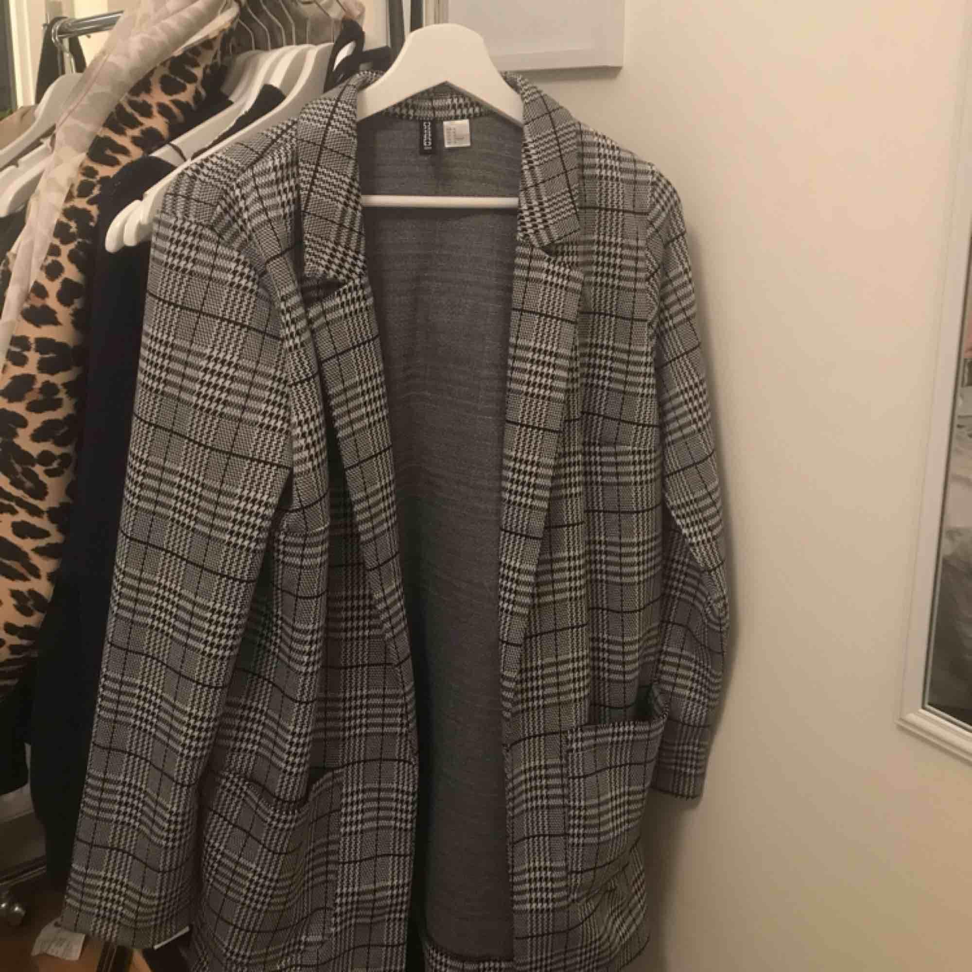 Säljer denna fina blazer/kappa ifrån H&M. Passar XS-S-M-L beroende på hur man ska styla den. Jag är 1,55 och använde den på en fotografering som kappa och den var då ner till knäna ungefär.. Kostymer.