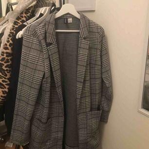 Säljer denna fina blazer/kappa ifrån H&M. Passar XS-S-M-L beroende på hur man ska styla den. Jag är 1,55 och använde den på en fotografering som kappa och den var då ner till knäna ungefär.