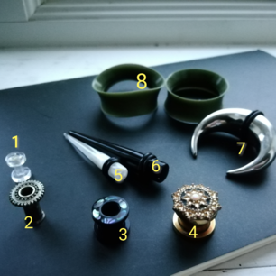 Tapers, smycken etc för töjningar! 🖤✨ Prislista: 1. 3mm - 10kr 2. 4mm - 20kr 3. 6mm - 20kr 4. 1cm - 80kr 5. 4mm - 30kr 6. 6mm - 40kr 7. 14mm - 90kr 8. 30mm - 20kr. Säljer såklart rengjorda och desinficerande!