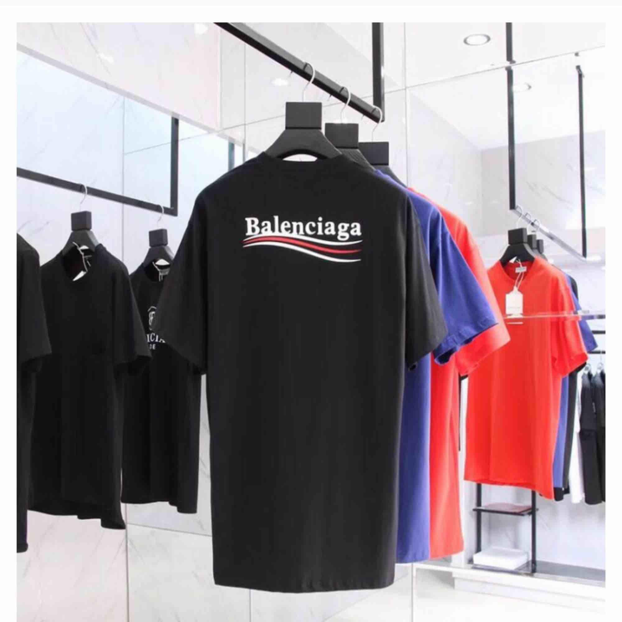 Säljer denna populära och massa andra tröjor från balenciaga i alla storlekar. Man får med dustbag och box!:) . T-shirts.
