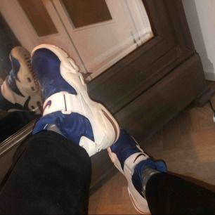 As feta blåa och vita Nike air max skor, helt nya och aldrig använda. Säljes pga att de inte är min stil längre. De är herrmodell men jag är ju brud så skulle säga att de är unisex. Betalning sker via swish
