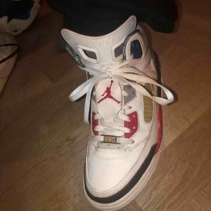 Vita, röda o grå Jordans, köpta på secondhand därför dom man ser på bild två är de lite slitna. Har dock själv inte mer än provat de. Betalning sker via swish