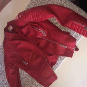 Chiquelle jacka köpt förra året, jättebra skick o inte alls använd mycket, skickar gärna mera bilder!