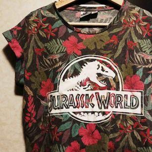 T-shirt från Primark med blommor och Jurassic World print