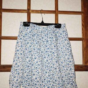 Blommig kjol från H&M, knappt använd.