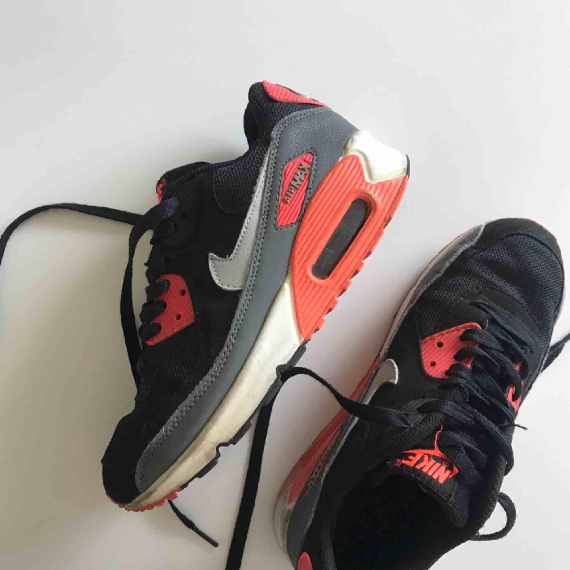 Nike Air Max 90 i fint skick, endast lite slitna/smutsiga på hälen som ni ser på bilden. Köpta för 1399:- säljer för 200:-. Skor.