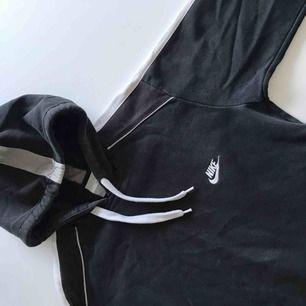 Vintage Nike hoodie i storlek S. Vit rand på ärmarna och luvan (helsvart på ryggen.) Har två fickor där fram!