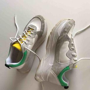 Sneakers från Office London. Knappt använda och inga slitningar, endast lite smuts på sulorna. Supersköna att gå i, sitter perfekt!
