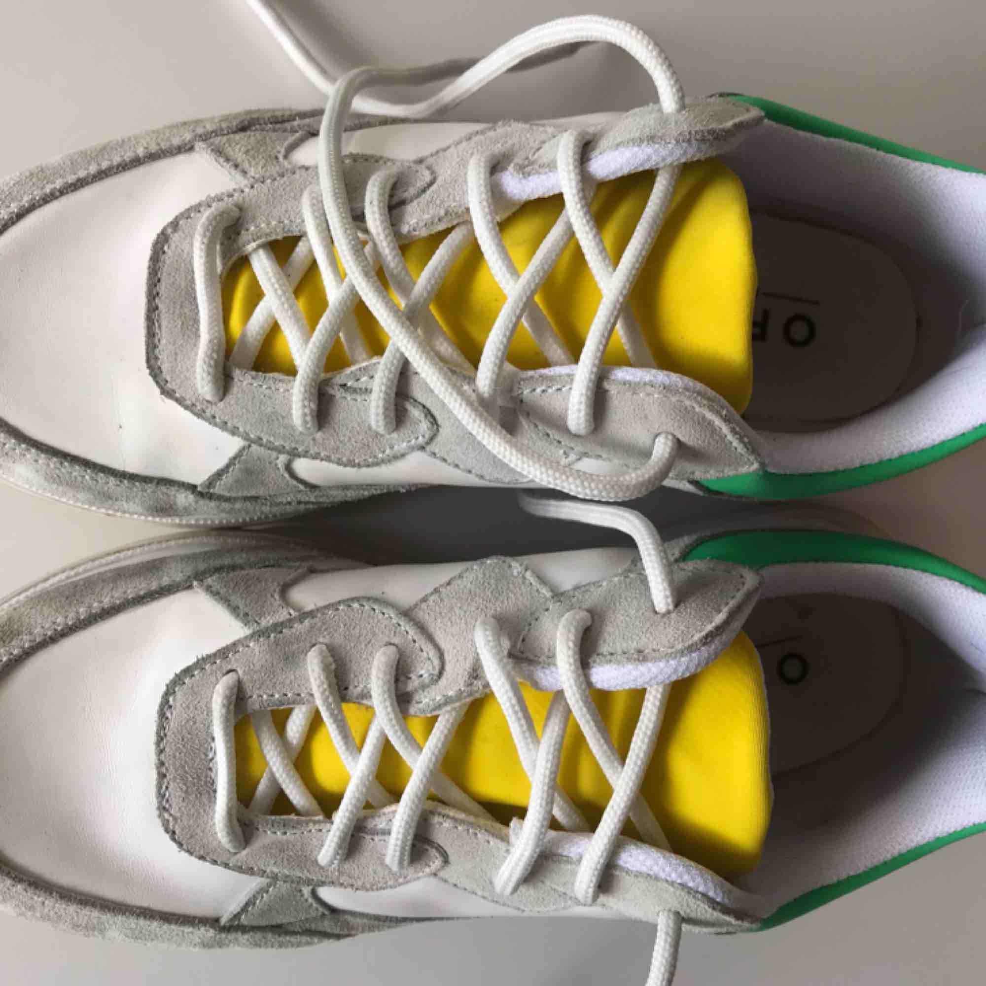 Sneakers från Office London. Knappt använda och inga slitningar, endast lite smuts på sulorna. Supersköna att gå i, sitter perfekt! . Skor.