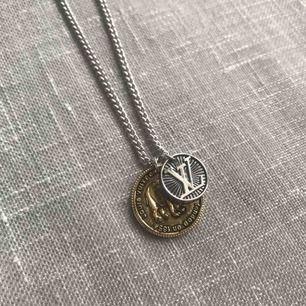 Louis Vuitton halsband med två pendants. Total längd 61 cm   Spårbar frakt 63 kr. 1-2 dagars leveranstid. Postnord.