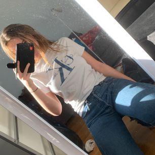 Köpt på zalando, bra skick loggan är i snygg retrostil med denim vilket passar skitsnyggt till jeans i liknande tyg