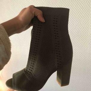 Helt nya skor! Endast provade, superfina till våren, säljer pga för stora strl🌸