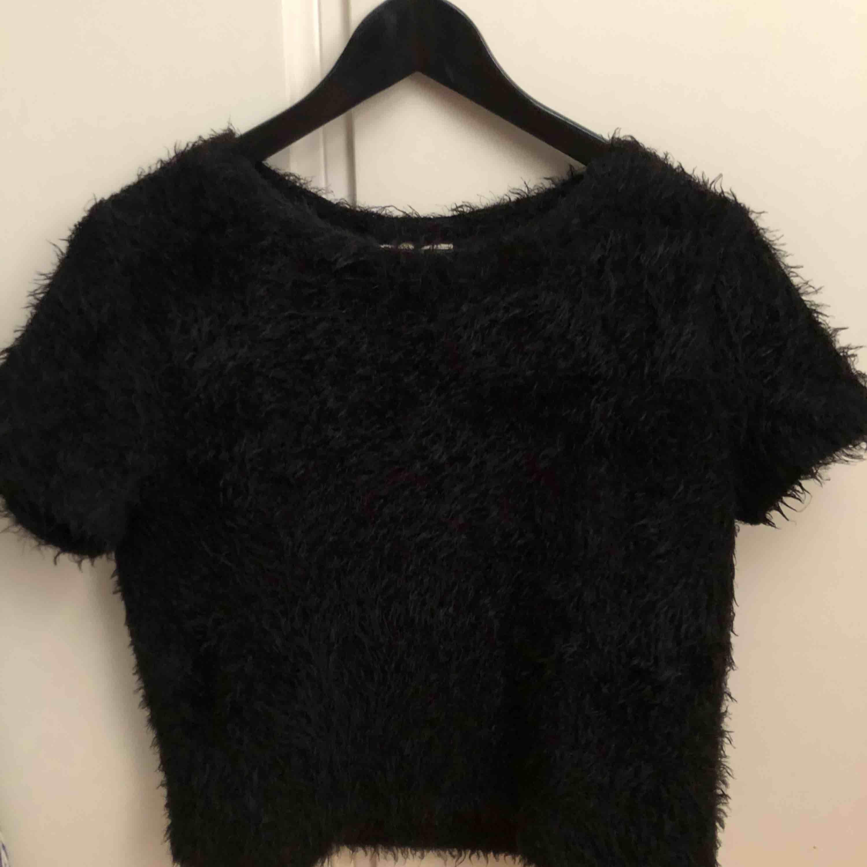 Fin och mysig tröja från Zara! Använd endast ett fåtal gånger men i fint skick och materialet är fortfarande mjukt. . Toppar.