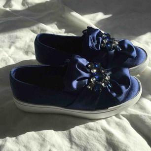 Superfina skor från zara i glansigt tyg med stenar🤩!! Använda 2-3gr, så är i bra skick. Säljer pga att de är för små😔  Ni får buda om priset😉  Frakt tillkommer