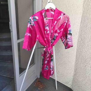 Snyggaste kimonon/morgonrocken från Kina. Jättefint mönster och härliga färger! Aldrig använd. ✨ fri frakt vid smidig affär!