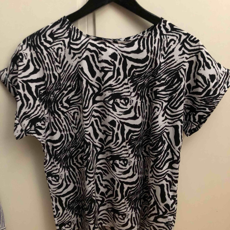 Fin zebra tröja från lager 157 Tunt och luftigt material Passar även en S och M då jag är en M. T-shirts.