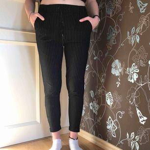 Svarta kritstrecks-randiga kostymbyxor i stretchigt material. Jättebekväma men kommer tyvärr inte till användning hos mig.