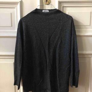 Fin glittrig tröja från weekday. Kan mötas upp i Gbg annars tillkommer frakt ✨
