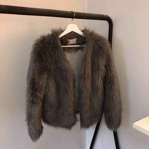 Säljer denna jättefina gråa (fejk)päls-jacka från Dry Lake! Jättebra skick pga sparsamt använd! 🌸 vid frakt tillkommer en avgift (ca 50kr) 🌸