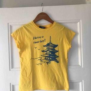 Gul t-shirt från Reclaimed vintage med snyggt tryck i blått! Köptes för ca 270 kr och har blivit använd kanske 2 gånger :(( Frakten ingår i priset!🌸🌸