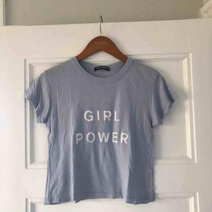 """Himmelsblå t-shirt från Brandy Melville med texten """"girl power"""" tryckt både fram och bak! Frakten ingår🥰"""