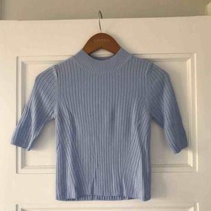 Himmelsblå ribbad tröja i lite kortare modell från TopShop! Frakten ingår i priset🌸🌸🌸
