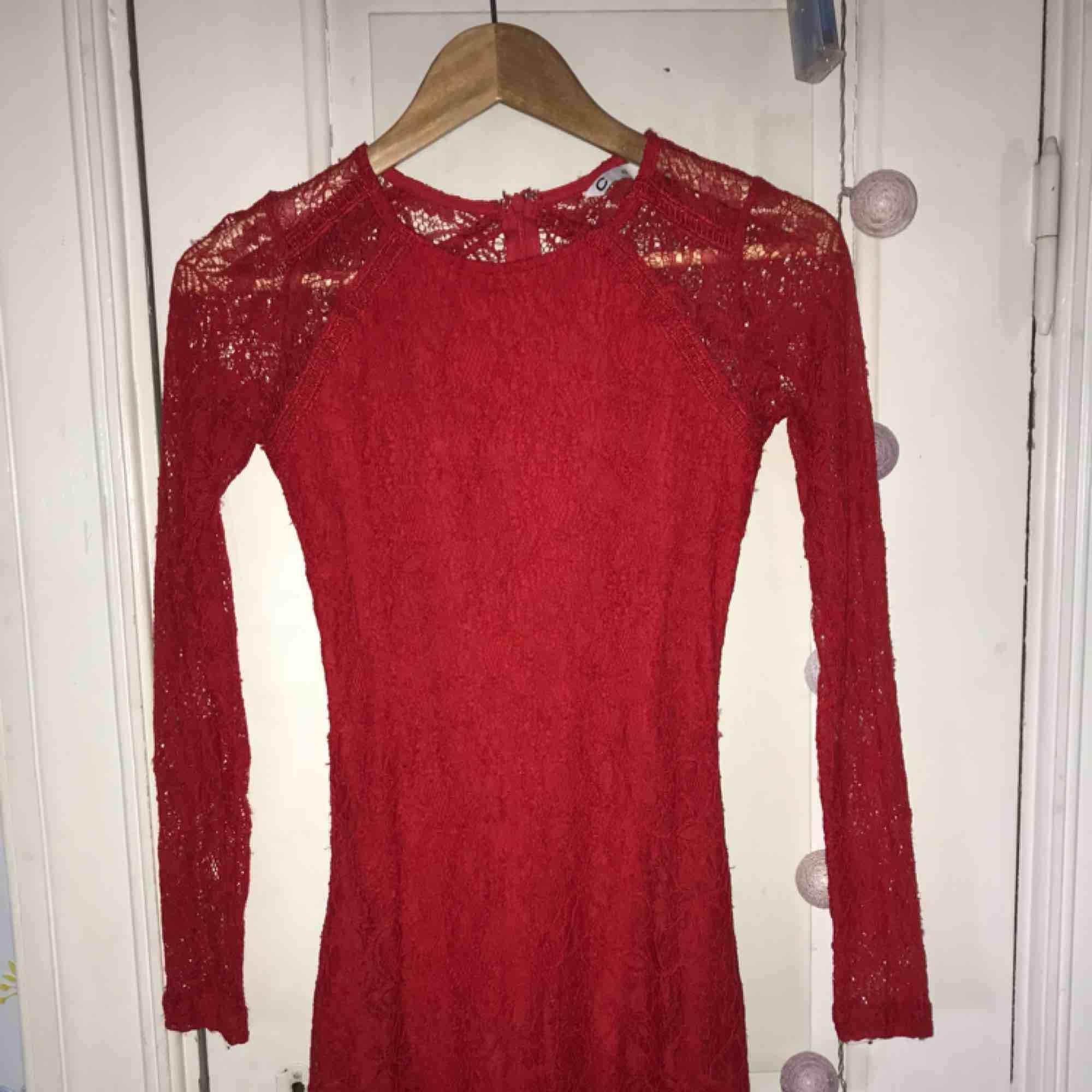 ee2111ee222a Fin röd klänning, ganska tajt och kort, spets. Använd några gånger.