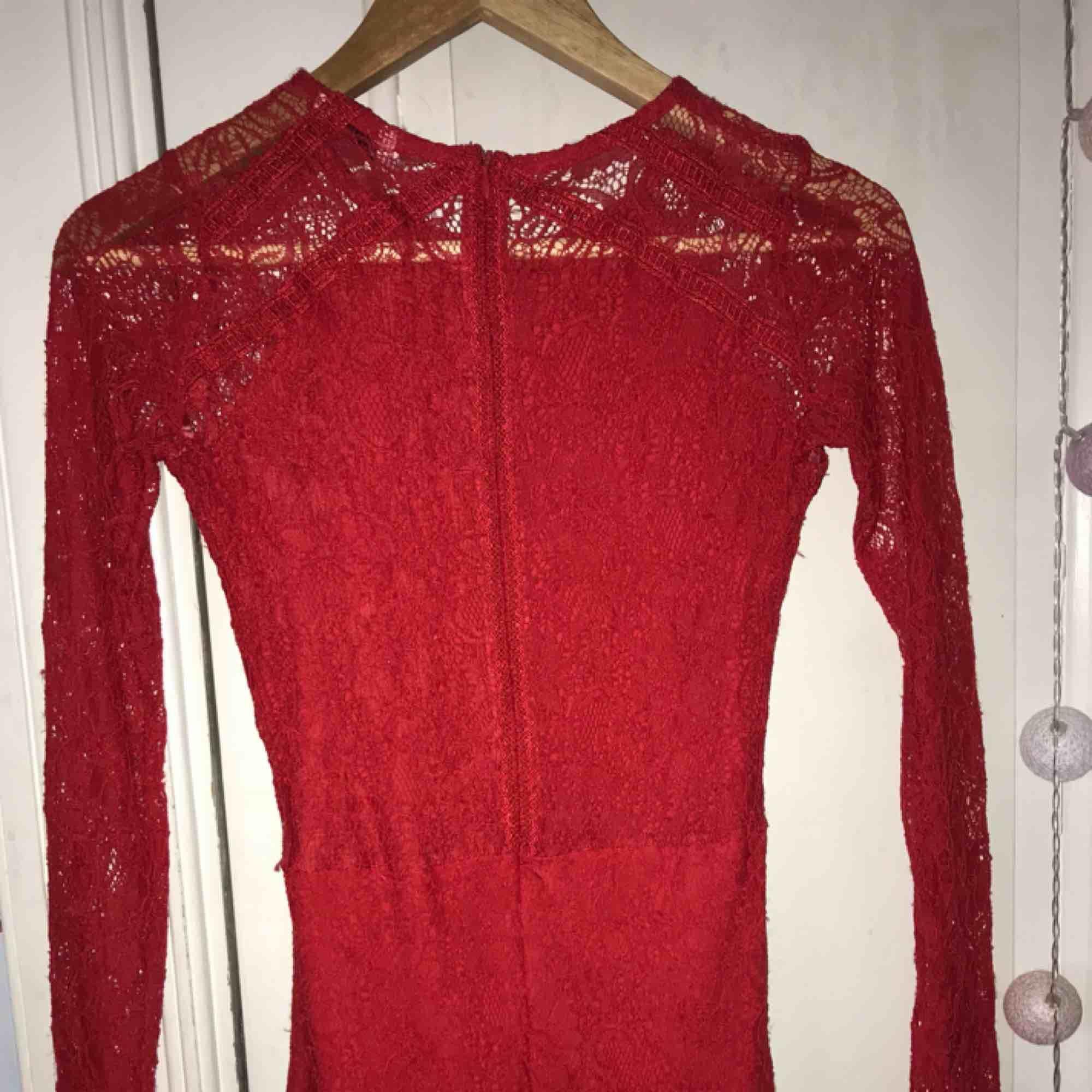 e583433cd585 Klänningar Fin röd klänning, ganska tajt och kort, spets. Använd några  gånger. Klänningar