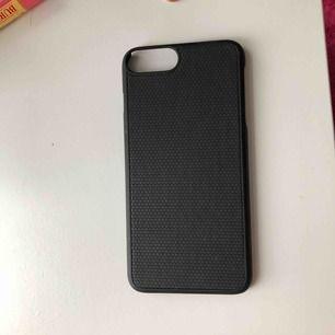 Vanligt svart skal som passar till iPhone 8 Plus, även 7 plus kanske? Lite osäker haha. Fick med denna i ett plånboksskal från ideal of sweden men har aldrig använt den. Köparen står för frakt