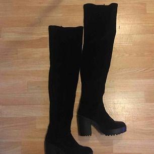 Thigh boots i sammets säljes pga ingen användning. 10cm klack. 3cm platå. 66cm från fotsulan. FRI FRAKT.