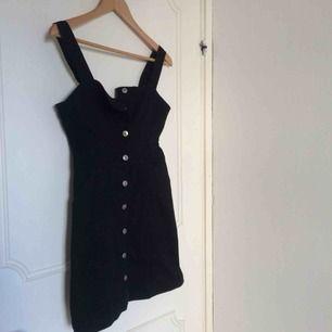 Hängselklänning från HM i storlek 36. Aldrig använd så i princip som ny. Möts upp i Uppsala annars står köparen för frakten