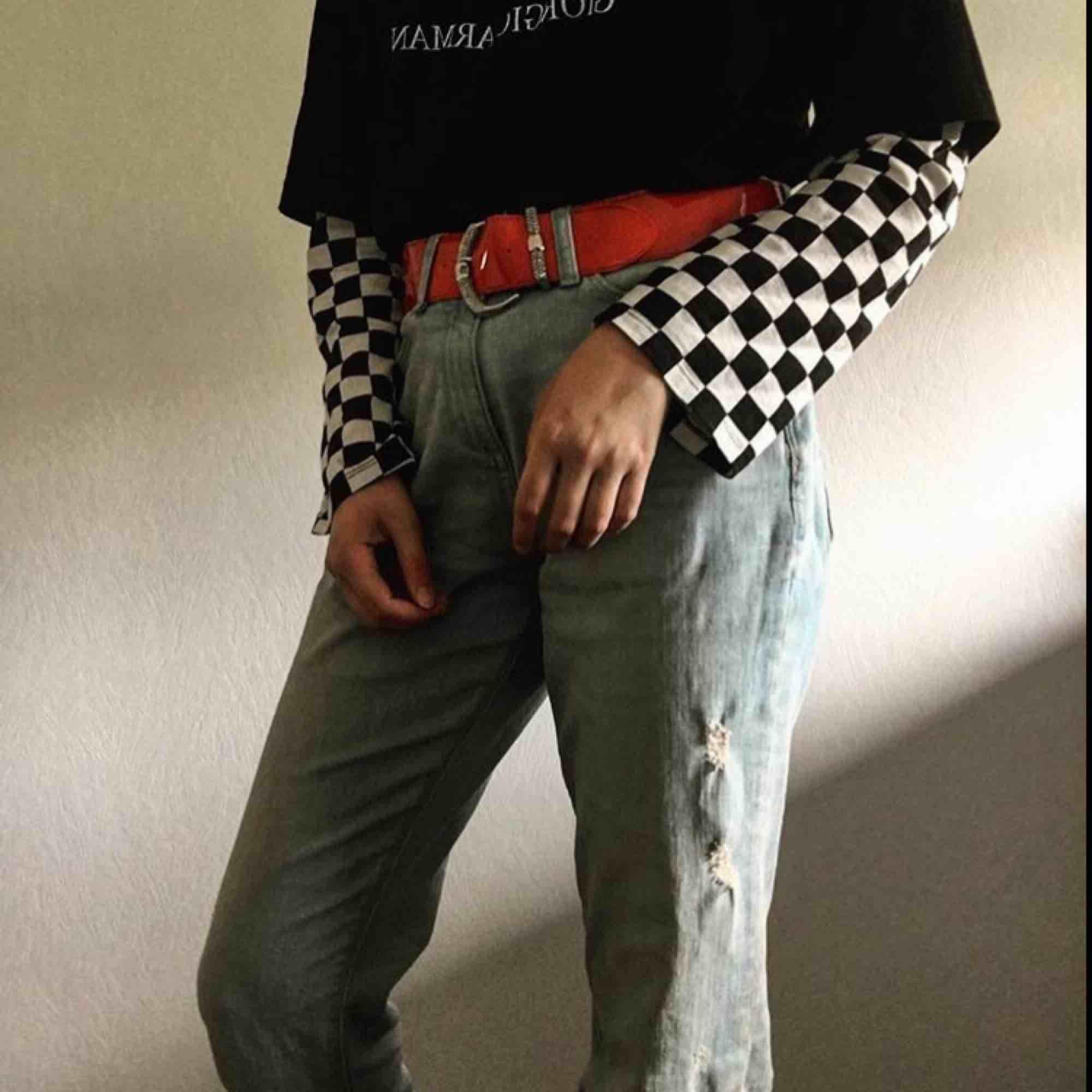 skitsnygga momjeans som tyvärr är för stora (är en w25) de är lite lågmidjade, går typ till naveln på mig när jag har bälte. har någon fläck på ena byxbenet därför säljs de rätt billigt. kontakta för mer info :). Jeans & Byxor.