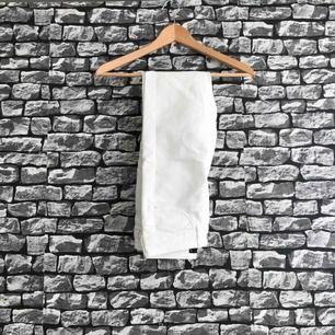 Vita byxor från BIKBOK. Storlek S. Använt två gånger. Frakt förekommer. (Kan mötas upp)